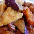 Κοτόπουλο με μελιτζάνες και μπέικον