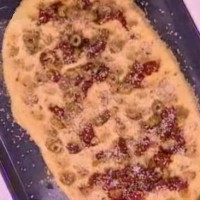 Μια διαφορετική λαγάνα σαρακοστιανή από τον Βασίλη Καλλίδη με ελιές, λιαστές ντομάτες, ρίγανη και σουσάμι!