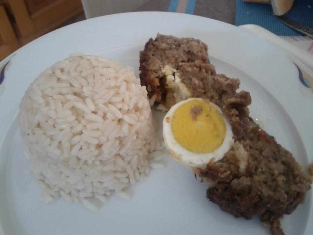 Ρολό με κιμά γεμιστό με αυγό και τυρί
