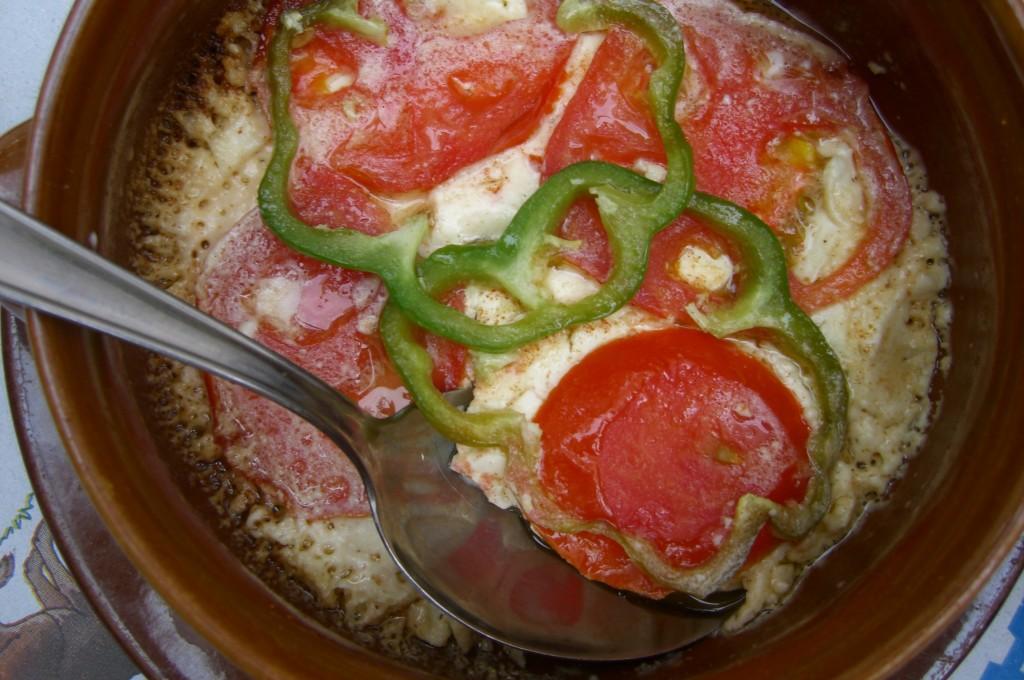 Φέτα ψητή με ντομάτα και πιπεριά στο πήλινο