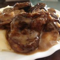 Χοιρινά μενταγιόν με σάλτσα δαμάσκηνου και κρέμα γάλακτος