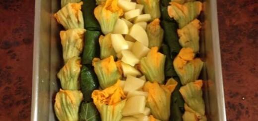 Γεμιστοί κολοκυθοανθοί και αμπελόφυλλα και πατάτες φούρνου